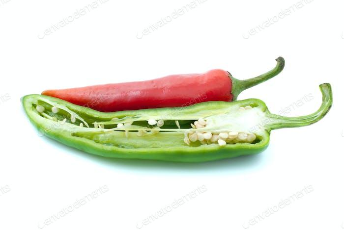 Rote Chilischote und die Hälfte grün