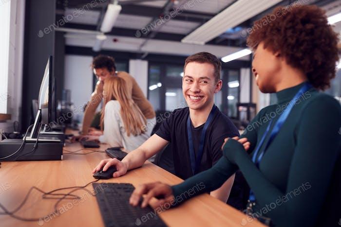 Gruppe von College-Studenten mit Tutor Studieren Computer-Design sitzen an Monitoren im Klassenzimmer