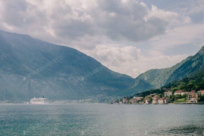 Kreuzfahrtschiff Segeln in schöner Bucht mit Bergen