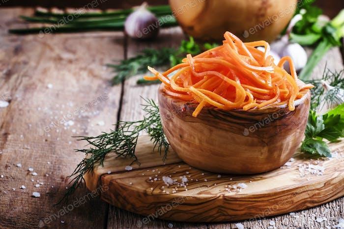 Marinierte Karotten in einer Holzschüssel