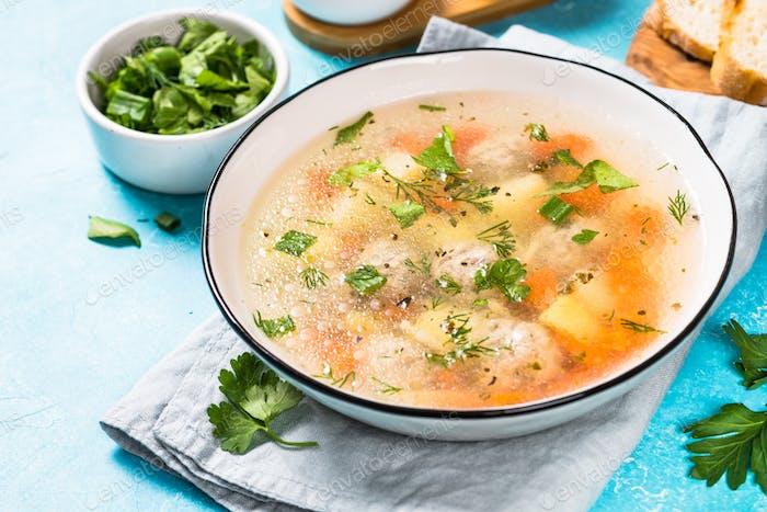 Fleischbällchen Suppe mit Gemüse auf blau