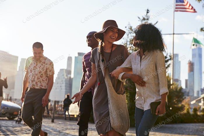 Gruppe von Freunden Wandern mit Manhattan Skyline im Hintergrund