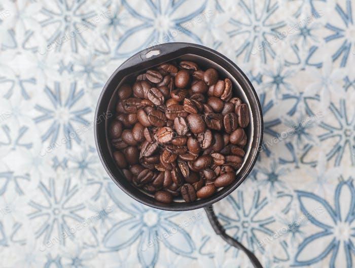 Kaffeesamen in Kaffeemühle