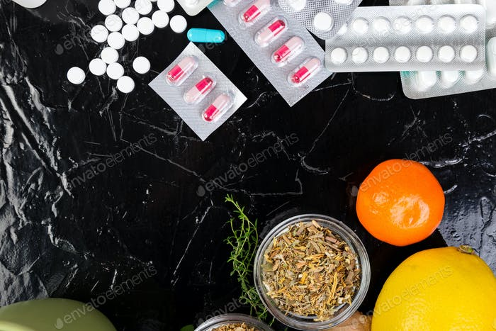 Natürliche Medizin gegen konventionelle Medizin Konzept.