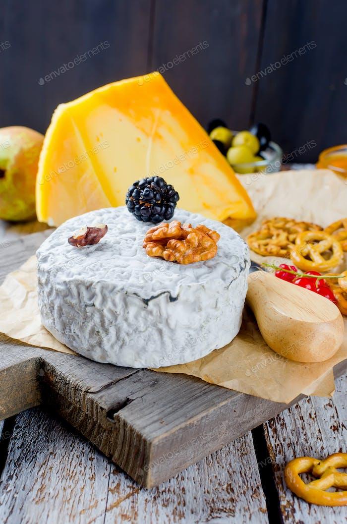 queso con moho con bayas y vino