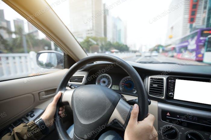 Autofahren in der modernen chinesischen Stadt