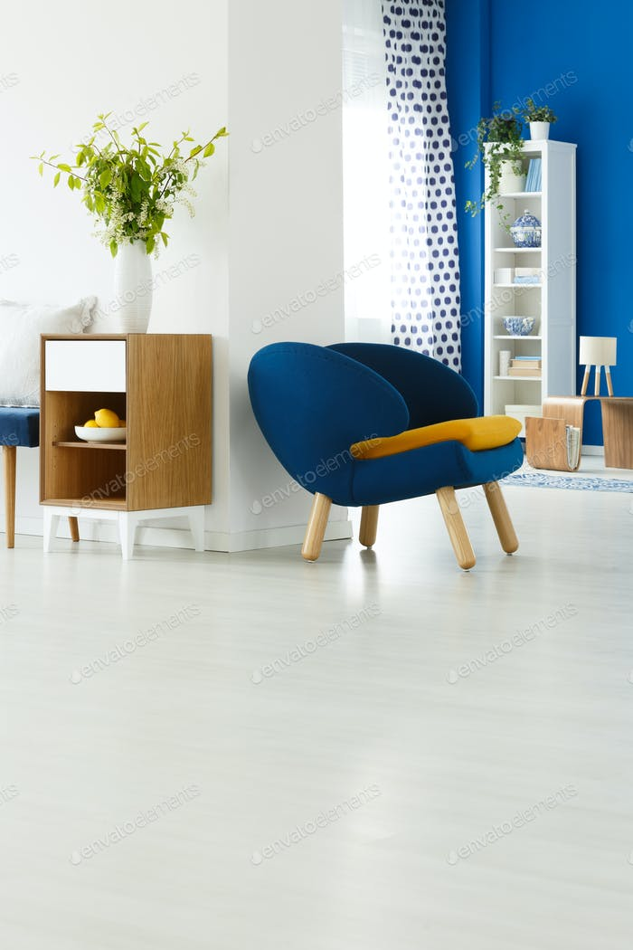 Blauer Stuhl im weißen Zimmer