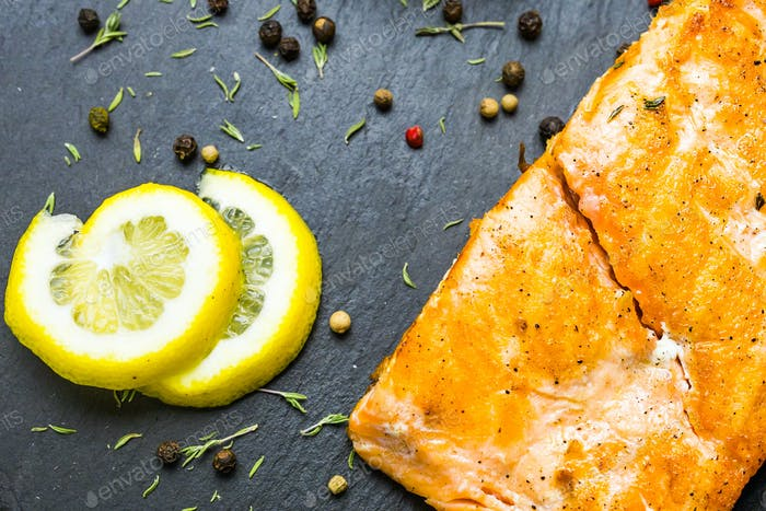 Gegrilltes Lachssteak mit frischer Zitrone Draufsicht