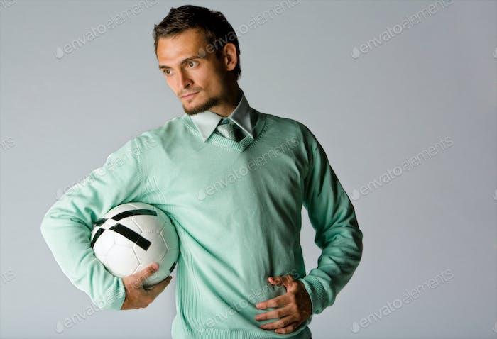 Mann hält Fußball