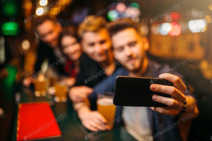 Glückliche Fußball-Fans macht Selfie an der Bar Theke