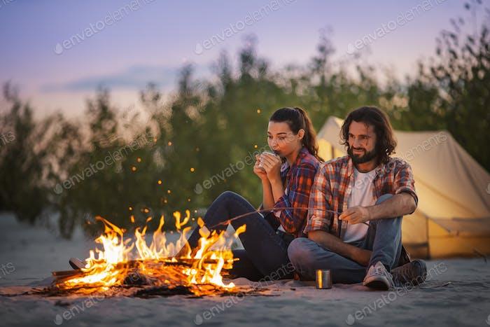 Urlaubspaar Camping In der Nähe von Lagerfeuer Im Freien auf der Natur