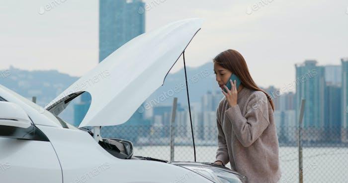 Женщина обращается за помощью в решении проблемы с автомобилем