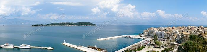 Vista del puerto de Corfú, Grecia