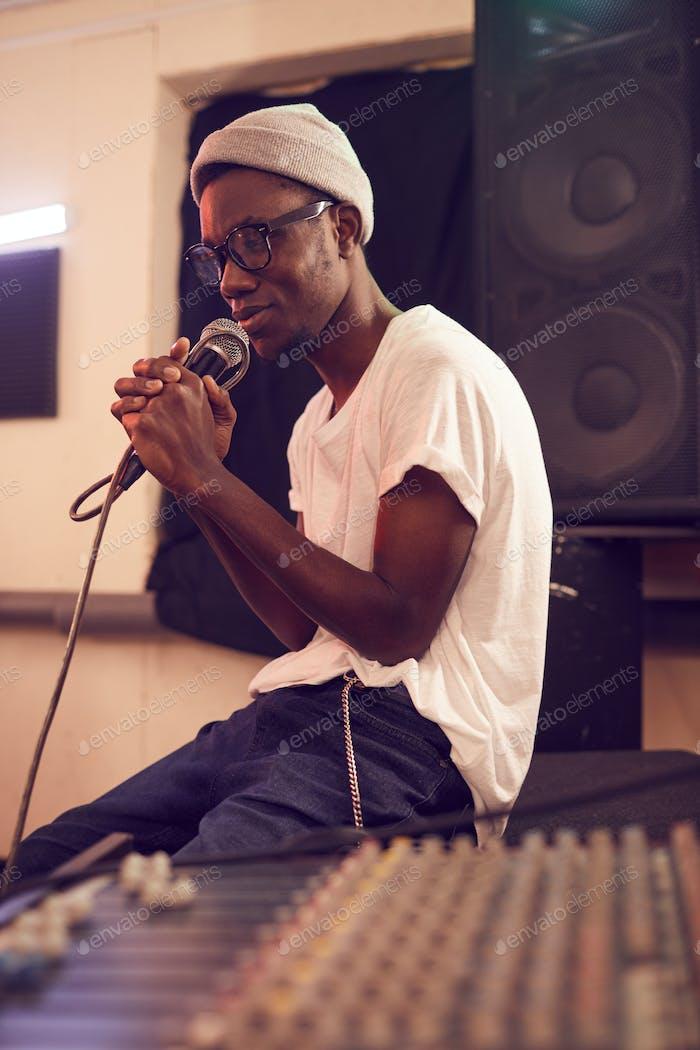 Junger afroamerikanischer Musiker