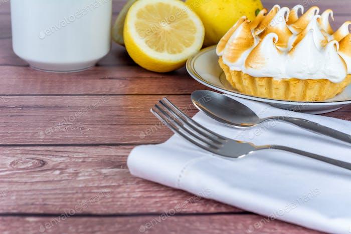Frische Zitronenkuchen mit Baiser.