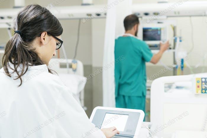 Asistente médico que trabaja con el equipo de tecnología médica