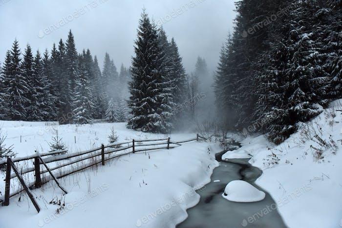Зимний пейзаж небольшой снежной реки после метели