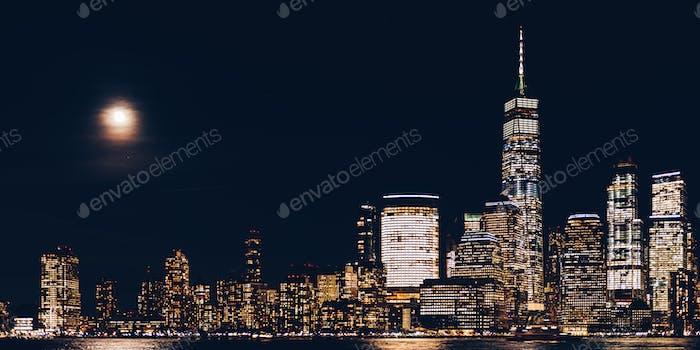 New York City Skyline und Downtown Manhattan von Jersey City während der Nacht