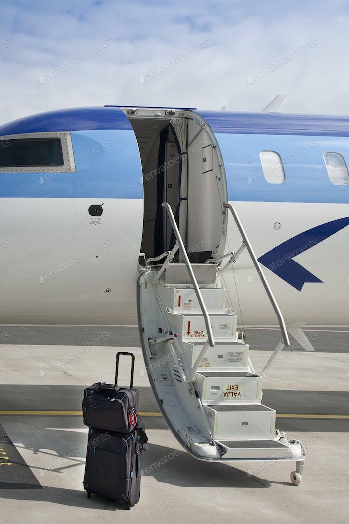 Gepäck in der Nähe von Flugzeugtreppen
