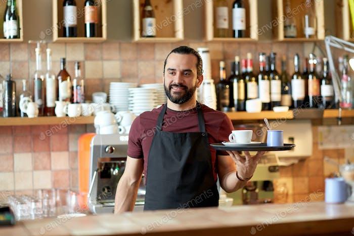 Hombre Alegre o camarero con café y azúcar en el bar
