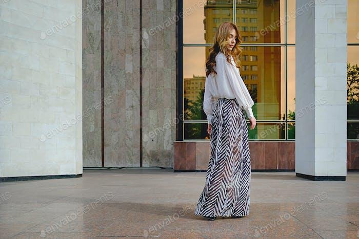 Frau tragen hohe modische Kleidung