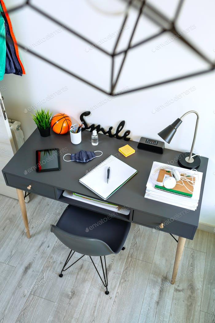 Inneneinrichtung des Jugendzimmers mit Schreibtisch