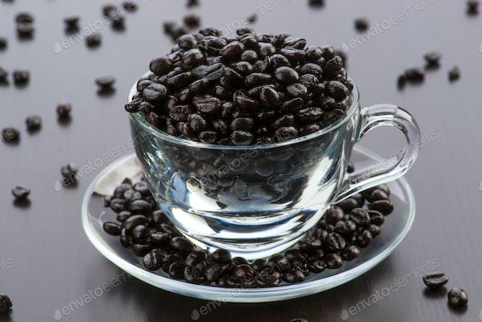 transparente Glastasse gefüllt mit Kaffeebohnen