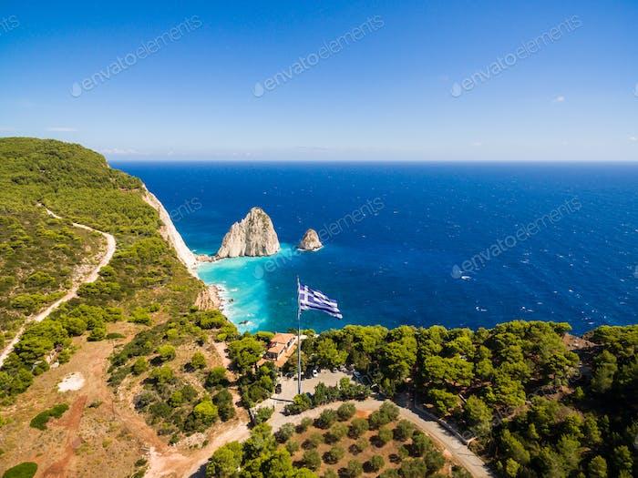 Griechische größte Nationalflagge winkt am Himmel in Keri in Zakynth