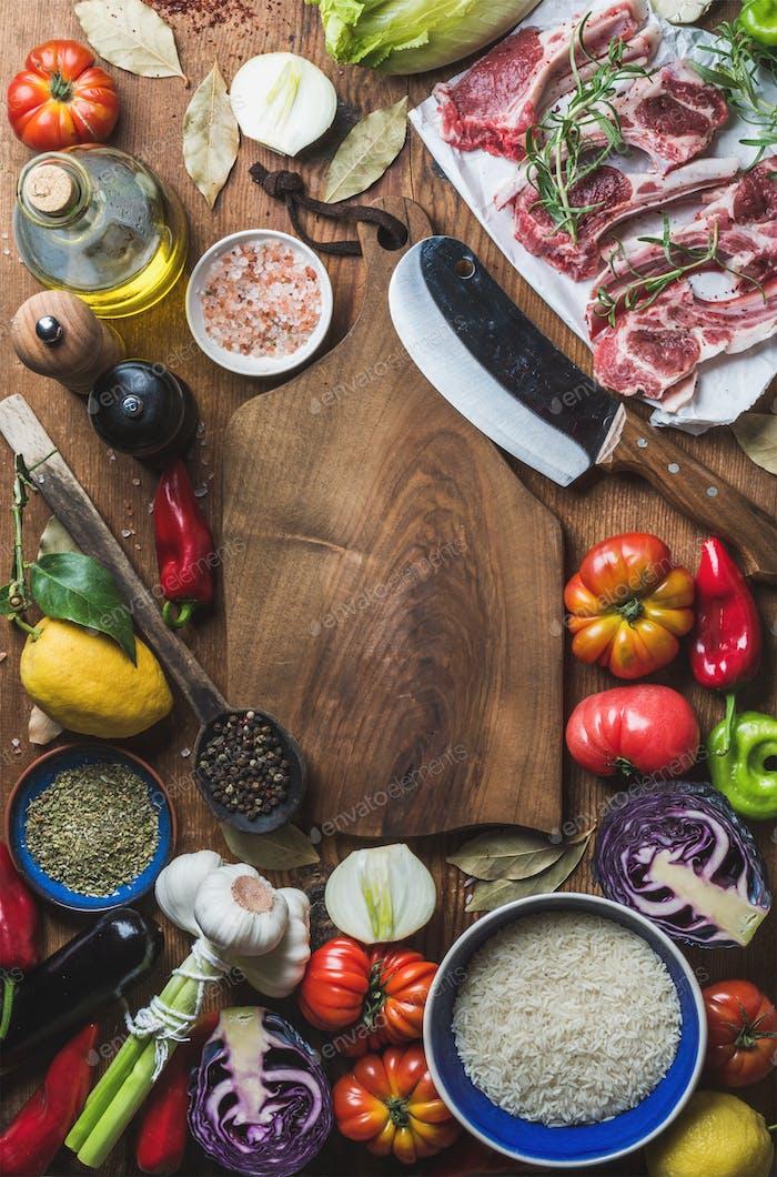 Rohes, ungekochtes Lammfleisch Koteletts, Reis, Öl, Gewürze und Gemüse