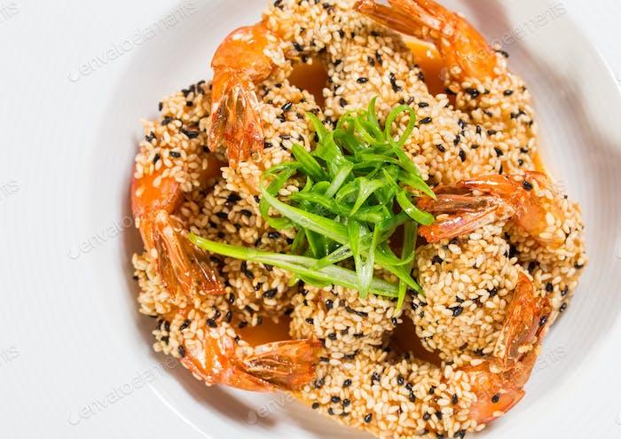 Köstliche gegrillte Jumbo-Garnelen mit Sesam.