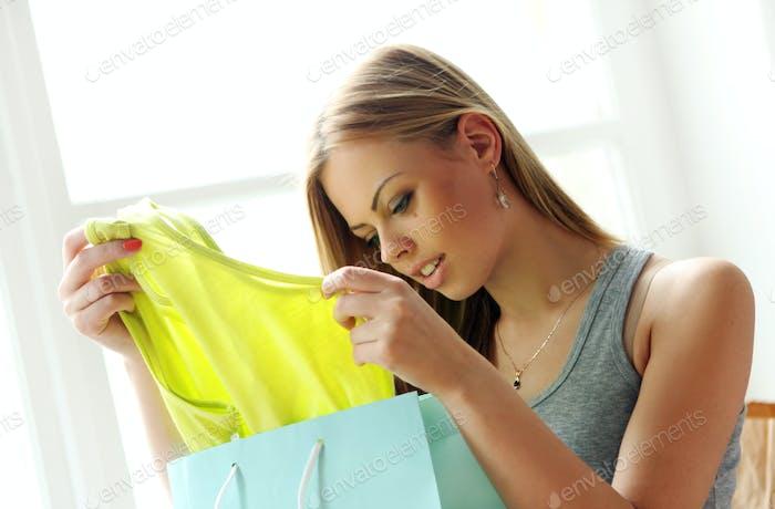Schöne Frau sieht sich neue Einkäufe an