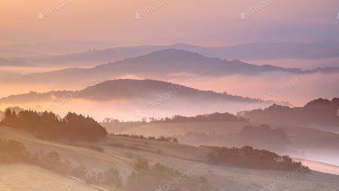 Toskana nebligen Hügel Panoramablick