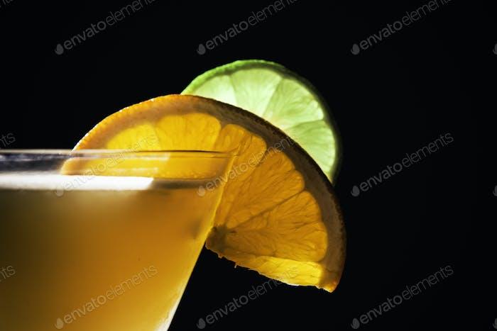 Garnieren auf einem Mixgetränk