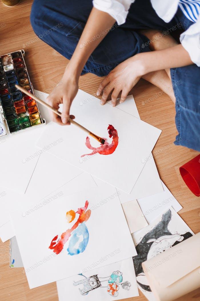 Nahaufnahme Mädchen sitzt auf dem Boden Zeichnung von Aquarell auf Papier bei