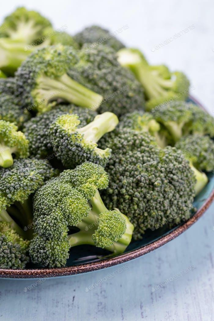Healthy Green Bio Roh Brokkoli Röschen fertig zum Kochen.