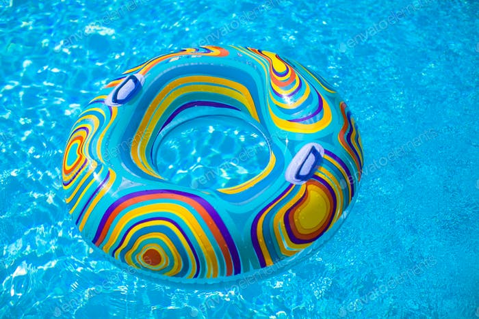Bunte Schwimmbecken im blauen Schwimmbecken