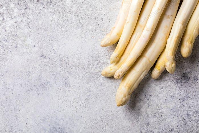 Frischer, weißer Spargel auf grauem Hintergrund. Gesunde Ernährung Konzept