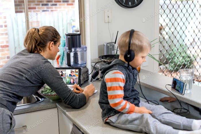 Mujer y niño en la cocina usando tecnología