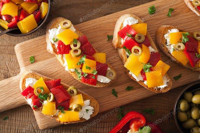 italienische Bruschetta mit gerösteten Paprika Ziegenkäse Oliven