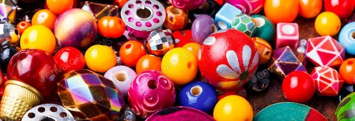 Herstellung von Schmuck aus Perlen
