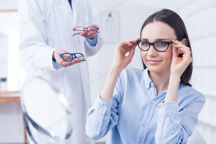 Óptica con gafas y cliente