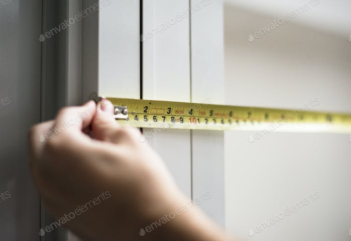 Man measuring with yellow meassure tape