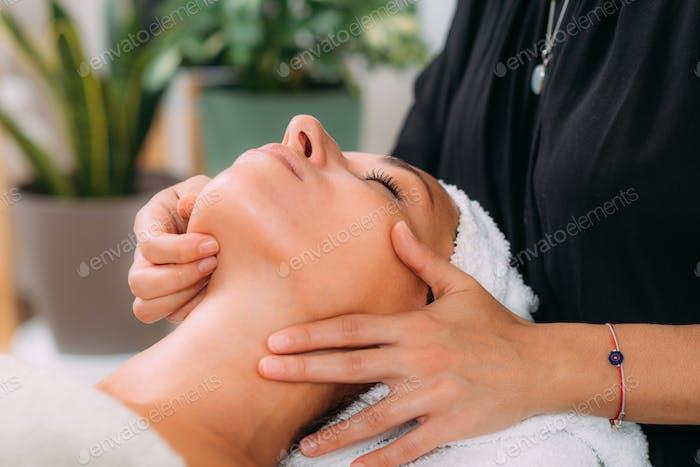 Masaje facial ayurvédico con aceites etéreos