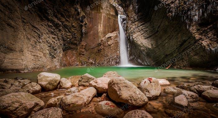 Wasserfall Kozjak im Herbst Zeit. Ein herrlicher Wasserfall in den Julischen Alpen