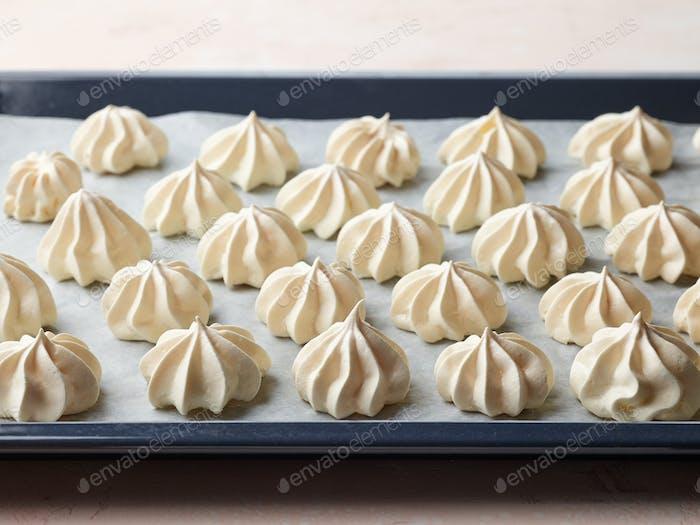frisch gebackene Baiserkekse