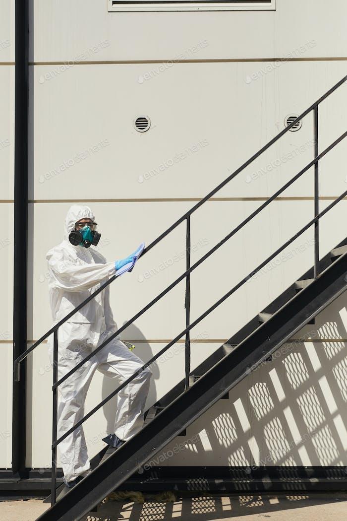 Desinfektion Arbeiter auf Treppen im Freien