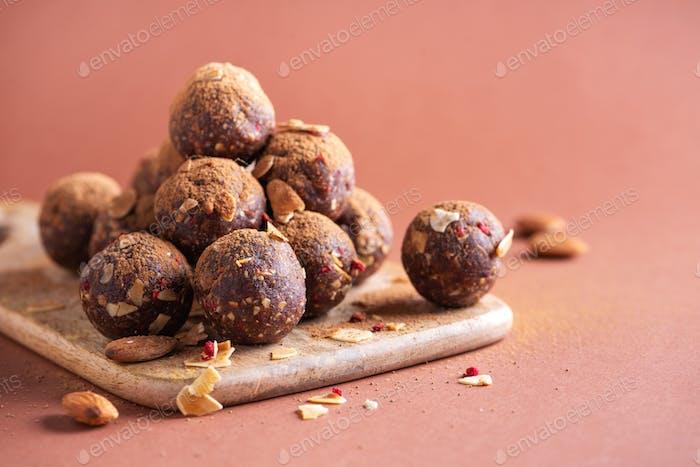 Gesunde hausgemachte Paläo, hohe Protein-Schokoladen-Energiebällchen mit Haferflocken, Nüssen, Datteln und