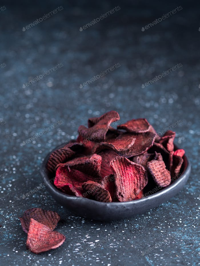 Gebackene Rübenscheiben. Gesunde Rote-Bete-Chips
