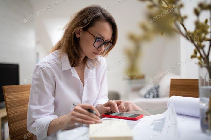 Fokussierte Geschäftsfrau Lesen Nachricht auf Smartphone am Arbeitsplatz