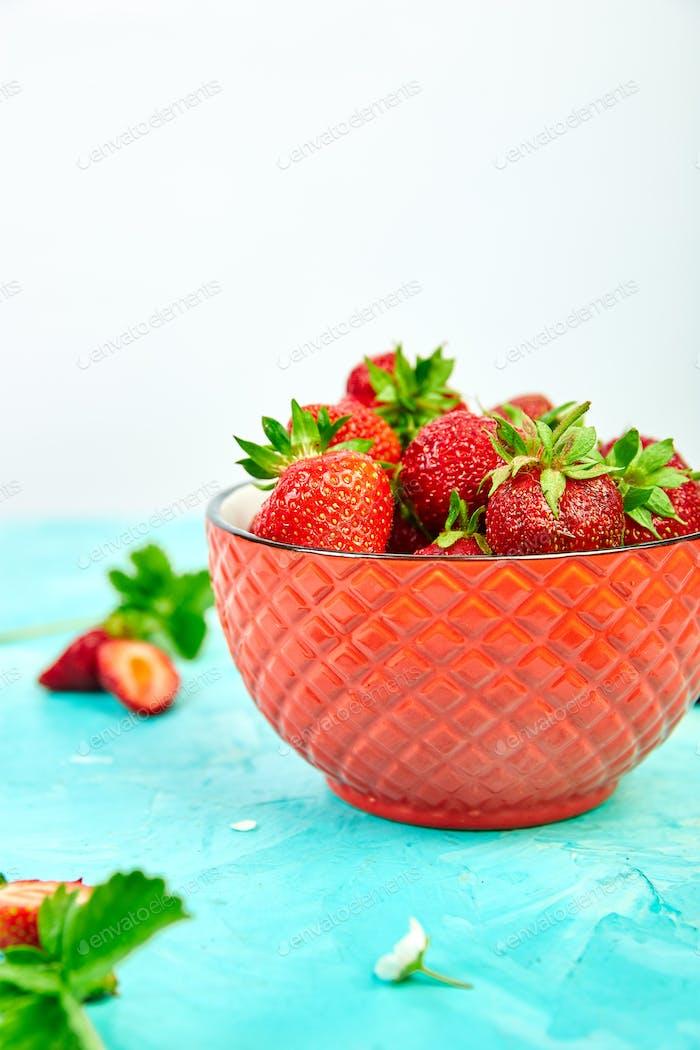 Erdbeeren in der roten Schüssel.